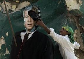 Iraqi smacks Bush effigy with shoe