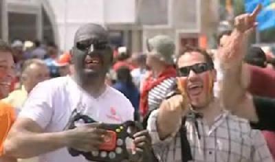 Racist Spanish driving fan in blackface taunts Lewis Hamilton