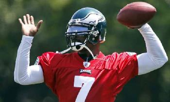 Mike Vick throws pass at his first eagles practice