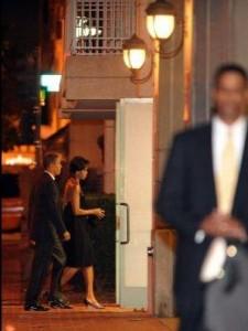obama-anniv-walk-in-restnt-far-shot