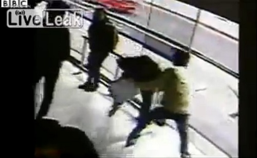 Man tries to rob a woman for her cell phone in Bogata, Colombia.