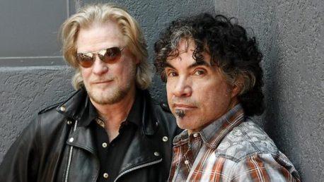 Darryl Hall (L) and John Oates (R)