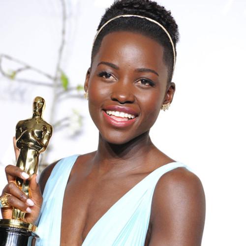 lupita-nyongo with her Academy award