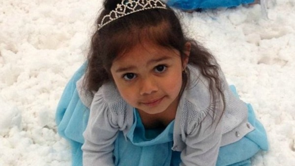 young-girl-dressed-as-elsa