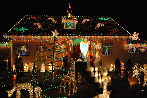 how-to-christmas-lights-display-hero_934bb29b4ce325c85e4424c97ae43305_3x2