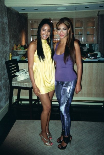 Azja (L) and Beyonce (R) meet for the first time in Las Vegas in 2009